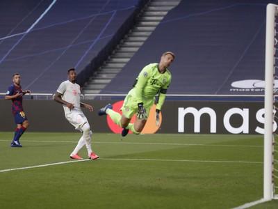 Brankár Bayernu Manuel Neuer inkasuje gól
