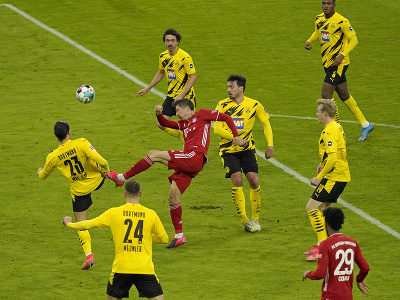 Robert Lewandowski v obklopení hráčov Dortmundu