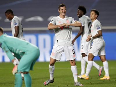 Na snímke sa útočník Bayernu Robert Lewandowski teší z gólu