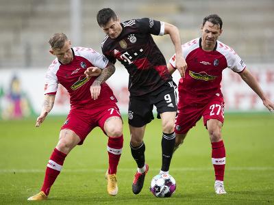 Robert Lewandowski v súboji s hráčmi Freiburgu