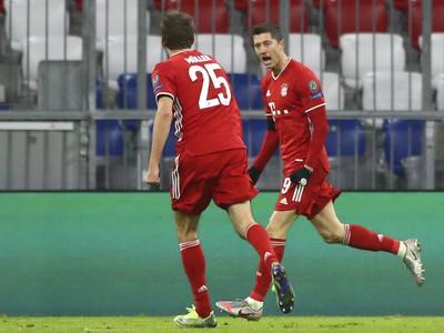 Robert Lewandowski a Thomas Muller oslavuje gól Bayernu