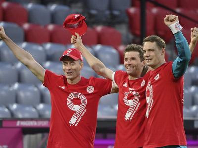 Hráči Bayernu oslavujú zisk