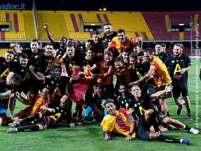 Hráči Benevento Calcio oslavujú