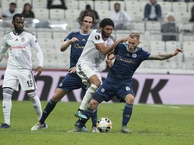 Na snímke sprava Joeri De Kamps (Slovan), Mohamed Elneny (Besiktas) a Dávid Holman (Slovan)
