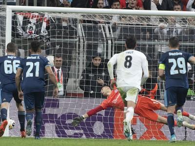 Na snímke v pozadí brankár Dominik Greif (Slovan) dostáva druhý gól z pokutového kopu