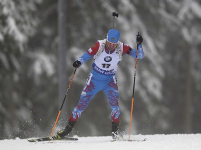 Ruský biatlonista Alexander Loginov