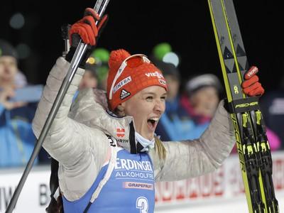 Nemecká biatlonistka Denise Hermannová sa teší po víťazstve v šprinte žien
