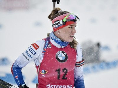 Slovenská biatlonistka Paulína Fialková reaguje v cieli pretekov s hromadným štartom na 12,5 km na majstrovstvách sveta v biatlone vo švédskom Östersunde