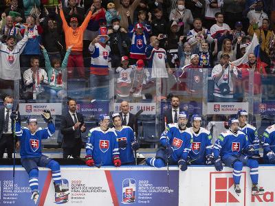 Na snímke slovenská striedačka a diváci sa tešia z postupu na zimné olympijské hry 2022 do Pekingu
