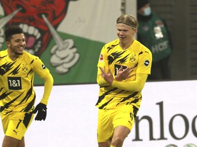 Futbalisti Dortmundu oslavujú gól