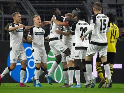 Hráči Paderbornu oslavujú gól