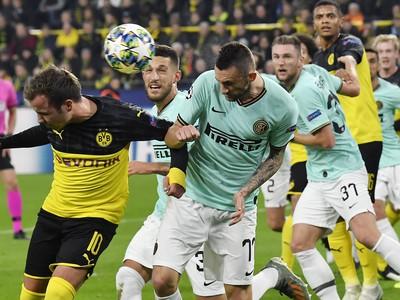 Na snímke štvrtý zľava slovenský obranca Interu Milan Škriniar, v popredí naľavo jeho spoluhráč Marcelo Brozovic, vľavo hráč Dortmundu Mario Götze v zápase F- skupiny Ligy majstrov Borussia Dortmund - Inter Miláno v Dortmunde