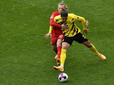 Súboj o loptu hráčov Borussie a Lipska