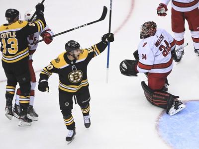 Hokejisti Bostonu oslavujú gól