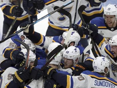 Hráči St. Louis Blues oslavujú víťazstvo