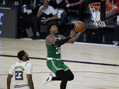 Marcus Smart (v zelenom)