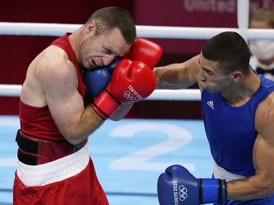 Slovenský boxer Andrej Csemez (vpravo) a Arman Darčiňan z Arménska v osemfinálovom súboji hmotnostnej kategórie do 75 kg na OH2020 v Tokiu