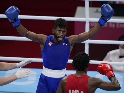 Kubánsky boxer Andy Cruz (vľavo) získal zlatú medailu v ľahkej váhe do 63 kg v boxe na OH 2020 v Tokiu