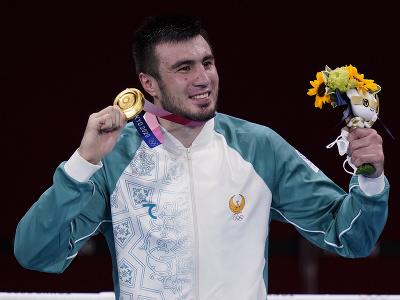 Uzbecký boxer Bachodir Džalolov  pózuje so zlatou medailou