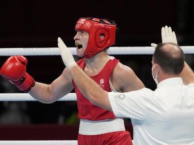 Britská boxerka Lauren Priceová sa teší po víťazstve