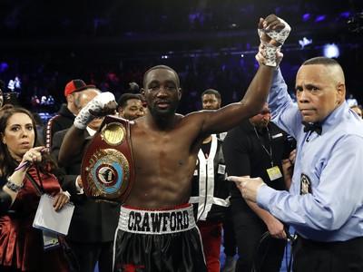 Terence Crawford zostáva šampiónom