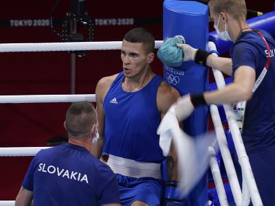 Slovenský boxer Andrej Csemez (uprostred) a tréner Tomáš Kovács (vľavo) v osemfinálovom súboji hmotnostnej kategórie do 75 kg