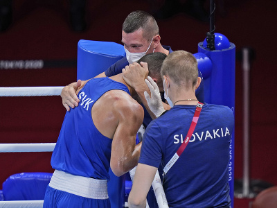 Tréner Tomáš Kovács (uprostred) a jeho zverenec slovenský boxer Andrej Csemez v osemfinálovom súboji hmotnostnej kategórie do 75 kg s Arménom Armanom Darčiňanom na OH2020 v Tokiu