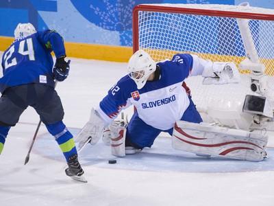 Slovinský hokejista Rok Tičar prekonáva slovenského brankára Branislava Konráda
