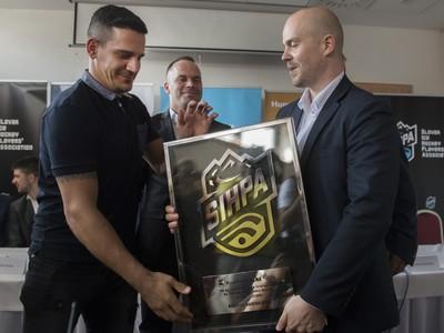 Branko Radivojevič si prevzal cenu SIHPA pre najužitočnejšieho hráča Tipsport Ligy 2017/2018 od Olivera Pravdu