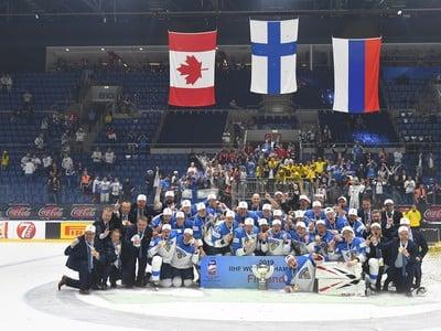Fínski hokejisti pózujú s