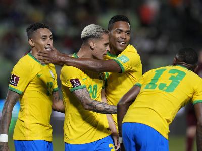 Futbalisti Brazílie oslavujú gól