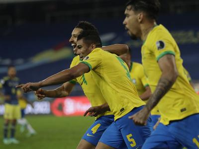 Brazílski futbalisti sa tešia