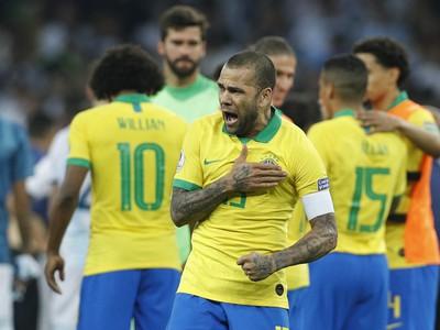 Dani Alves oslavuje gól