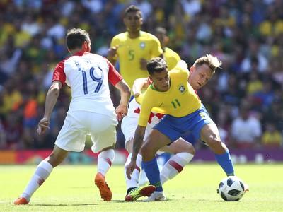 Philippe Coutinho, Milan Badelj a Ivan Rakitič v súboji o loptu