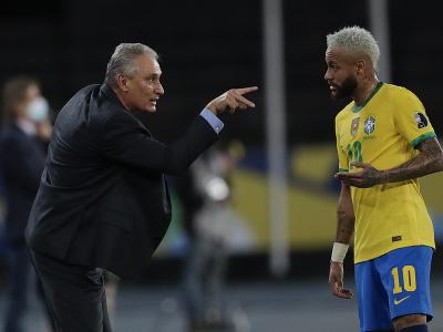 Na snímke vľavo tréner Brazílie Tite dáva pokyny Neymarovi