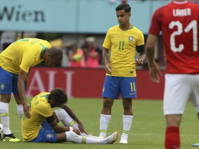 Neymar s boľavým členkom po súboji s Julianom Baumgartlingerom