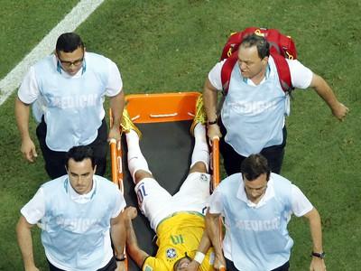 Z ihriska odnášajú zraneného