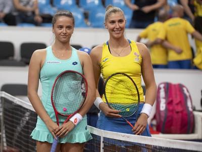 Na snímke slovenská tenistka Viktória Kužmová (vľavo) a brazílska tenistka Beatriz Haddadová Maiová