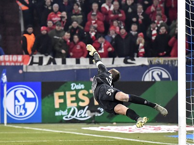 Alexander Nuebel inkasuje gól v zápase s Berlínom