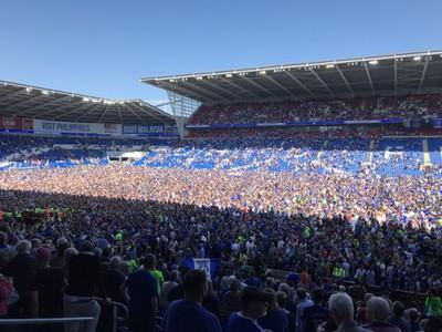 Zaplnené ihrisko v Cardiffe