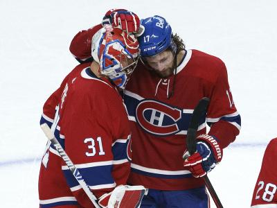 Brankár Montrealu Carey Price so spoluhráčom Joshom Andersonom oslavujú víťazstvo