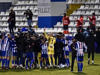 Hráči CD Alcoyano oslavujú postup do osemfinále Španielskeho pohára vo futbale po senzačnom víťazstve nad Realom Madrid 2:1