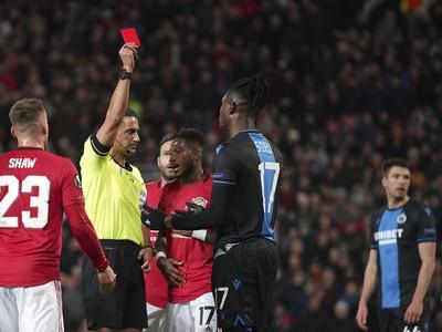 Simon Deli (druhý vpravo) z FC Bruggy dostáva červenú kartu počas odvetného zápasu šestnásťfinále Európskej ligy vo futbale Manchester United - FC Bruggy
