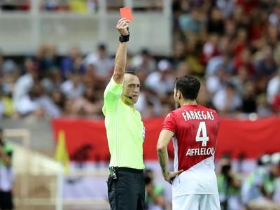 Cesc Fàbregas dostal červenú