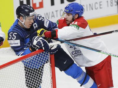 Český hokejista Lukáš Klok (vpravo) a fínsky hokejista Atte Ohtamaa