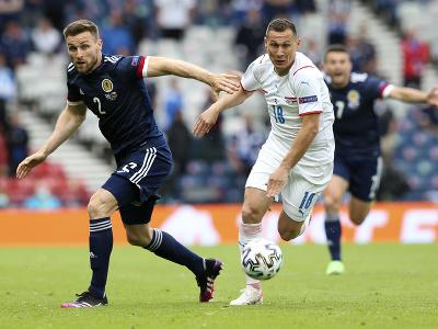 Škótsky futbalista Stephen O'Donnell (vľavo) a český futbalista Jan Bořil