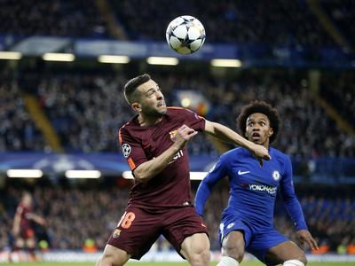 Jordi Alba (vľavo) z FC Barcelony a Willian z Chelsea Londýn