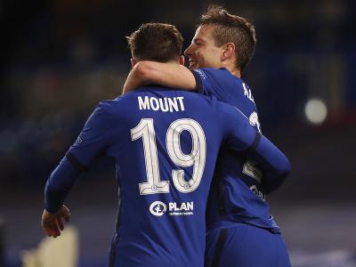 Mason Mount a Cesar Azpilicueta oslavujú gól
