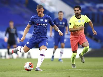Hráč Chelsea Ross Barkley (vľavo) kope do lopty vedľa Ilkaya Gundogana (vpravo) z Manchesteru City