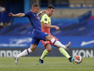 Hráč Chelsea Ross Barkley (vľavo) sa pokúša blokovať strelu Aymerica Laporteho z Manchesteru City